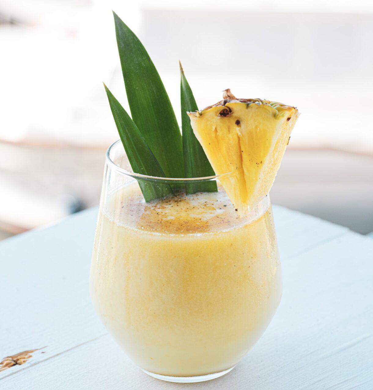 Orzeźwiający ananasowy koktajl