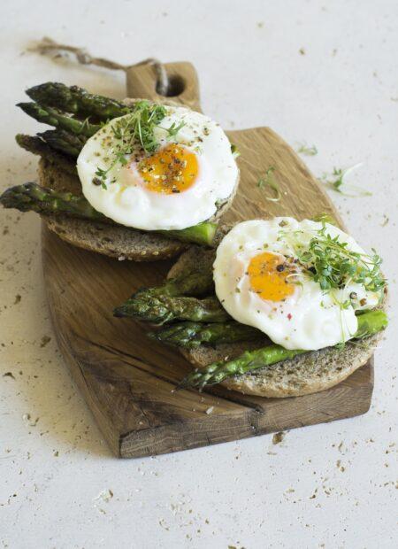 Kanapka ze szparagami i jajkiem sadzonym