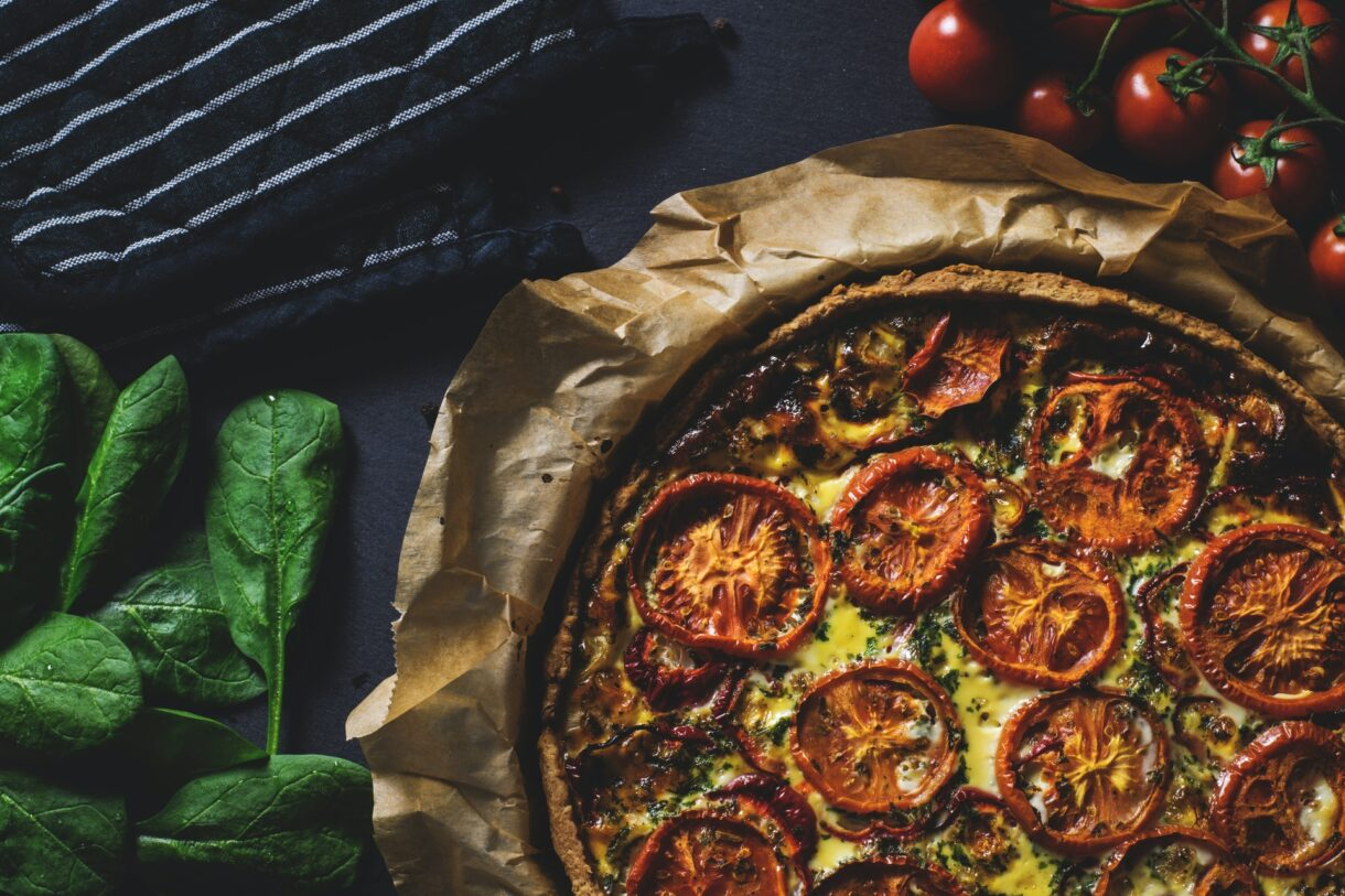 Tarta z serem żółtym i świeżymi pomidorami