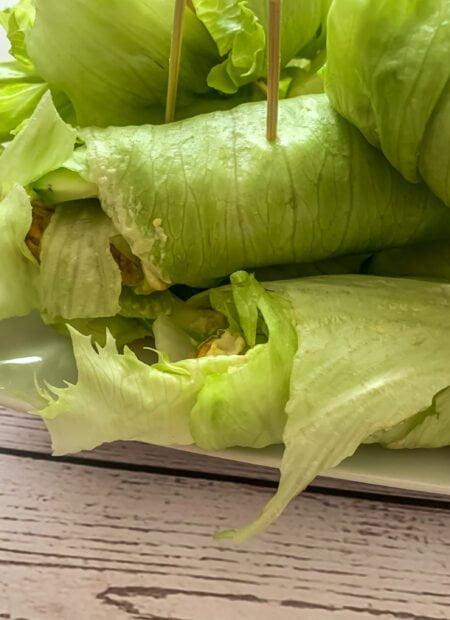 Błyskawiczne rollsy z sałaty i indyka w curry