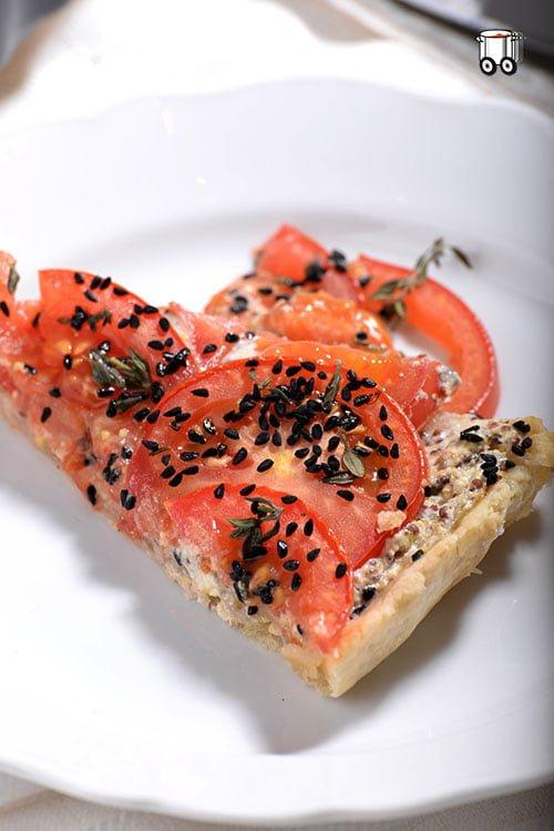 Tarta z pomidorami, świeżym tymiankiem i czarnuszką