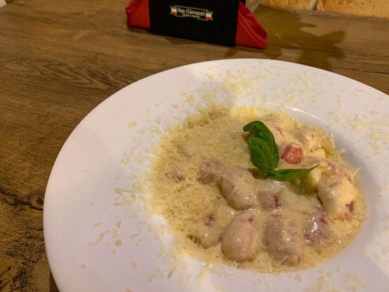 Gnocchi buraczane w sosie serowym