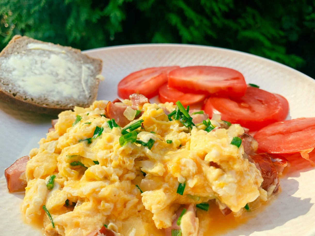 Domowa jajecznica z kiełbasą i cebulką