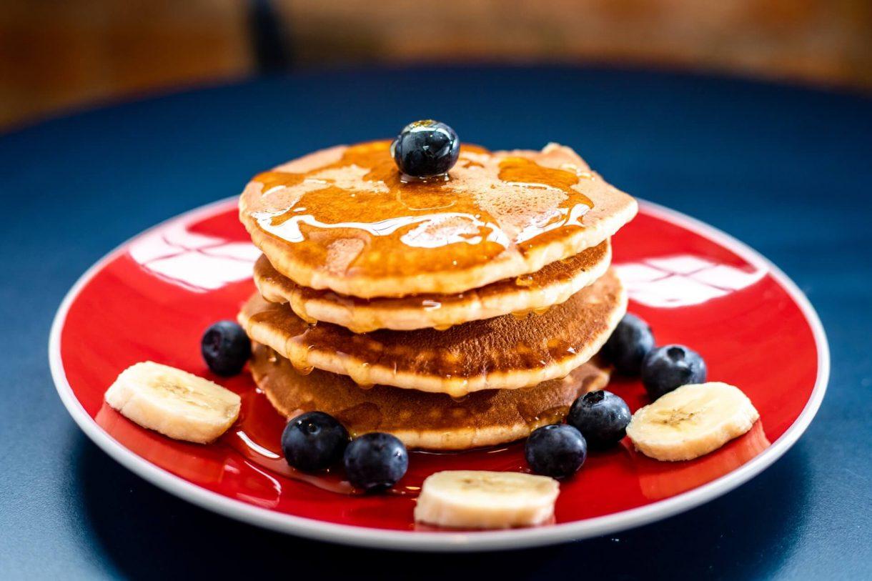 Klasyczne pancakes z syropem klonowym