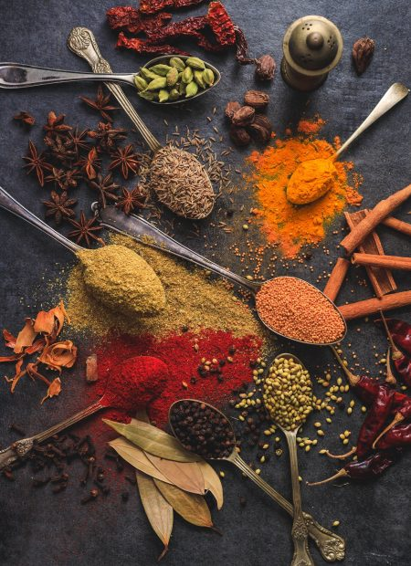 Niezbędnik przypraw na jesień - jak zdrowo i smacznie podkręć aromat Twoich dań
