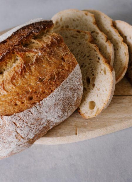 Nie ma chyba nic piękniejszego niż zapach świeżo upieczonego chleba rozchodzący się po całym domu. Domowy chleb w 5 minut to mistrzowski przepis, dzięki którym nasz domowy chleb przygotujemy dosłownie w 5 minut.
